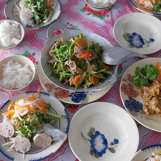 今日のベトナム料理教室より・・セリと牛肉の炒め物、ディル入りイカのすり身揚げ、蒸し春巻きとベトナムハムなど🇻🇳 ・・小さな生徒さんを含め、和やかで優しい雰囲気の中、楽しい教室となりました。小さな生徒さんにとっても、なにか心に残る時間になってくれてたらいいなぁ…。